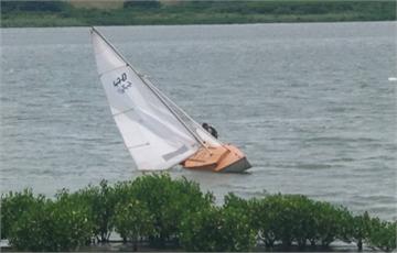 快新聞/2男玩帆船不慎落海 警消出動橡皮艇急救援