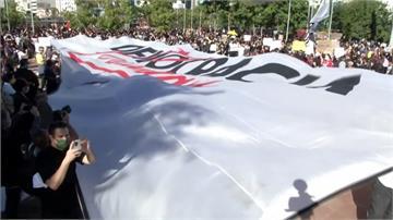 總統防疫不力加上反警暴風潮 巴西各地發起街頭抗爭