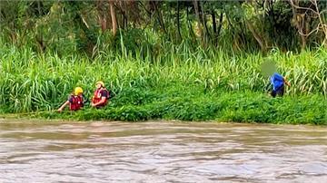 河川暴漲老翁困沙洲 消防闖激流用命搶命