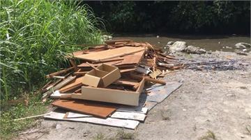 解封後遊客大增 鯉魚潭溪邊滿地垃圾