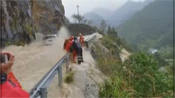 被強風吹走墜樓身亡…「哈格比」橫掃浙江 車困洪水中