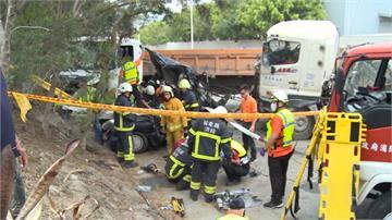 悚!轎車遭兩砂石車夾擊變廢鐵 1人死亡