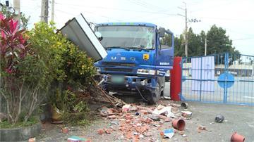 機車未二段式左轉 砂石車急閃撞毀廟圍牆