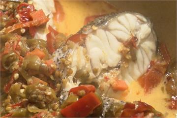 花崗岩烹煮石鍋魚 頭上還要戴草帽