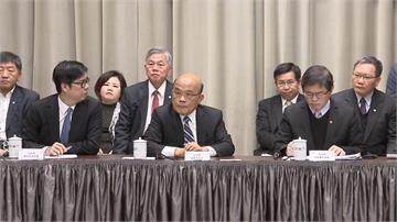 行政院記者會官員排排坐 只有「他」高標準戴上口罩