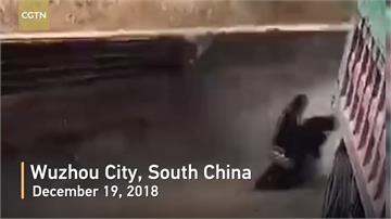 中國砂石車行駛中突翻覆 機車迎面來逃過一劫