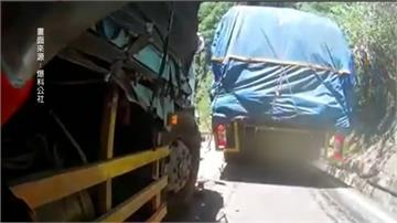 後方大貨車擦撞重機 騎士險成夾心餅躲過一劫