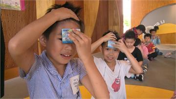 貼額頭10秒就能顯示體溫!花蓮里長自製「額溫卡」助學校防疫