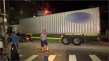 35噸貨櫃車撞進民宅 屋主凌晨聞巨響嚇壞