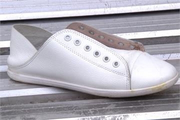 搭公車疑遭潑三秒膠 女子腳趾瞬黏鞋內