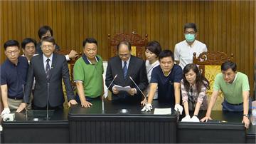 快新聞/激烈衝突! 游錫堃宣布開始監委投票 藍營拆圈票處抗議程序違法