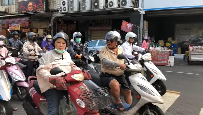 快新聞/韓粉大媽當街嗆罷韓「吃飽太閒!」 一旁騎士頻轉頭超有戲