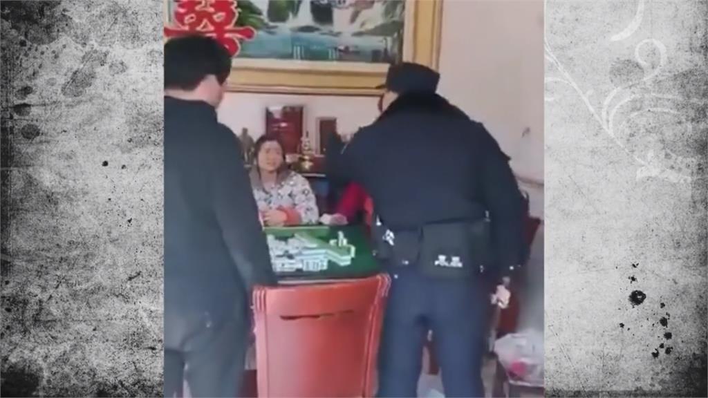 不甩隔離禁令!中國人湊桌聚賭 公安拿槌怒砸麻將桌
