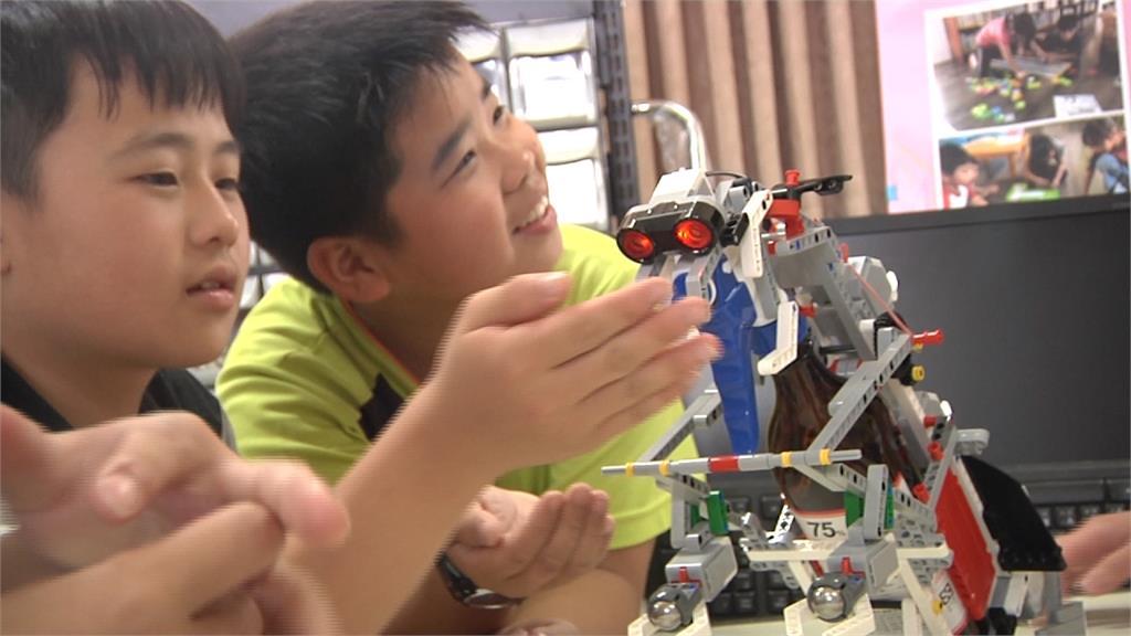 好孩子!不捨校長天天站門口 國小生自製噴酒精機器人代勞