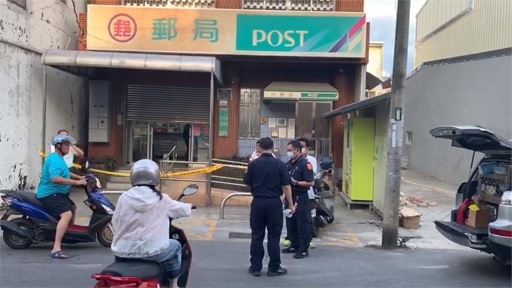 男子持刀挾持女志工 搶走郵局近十萬