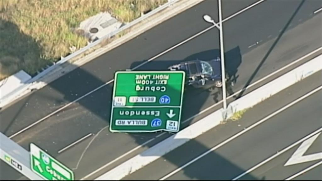澳洲公路飛來橫禍!標誌突掉落砸傷駕駛