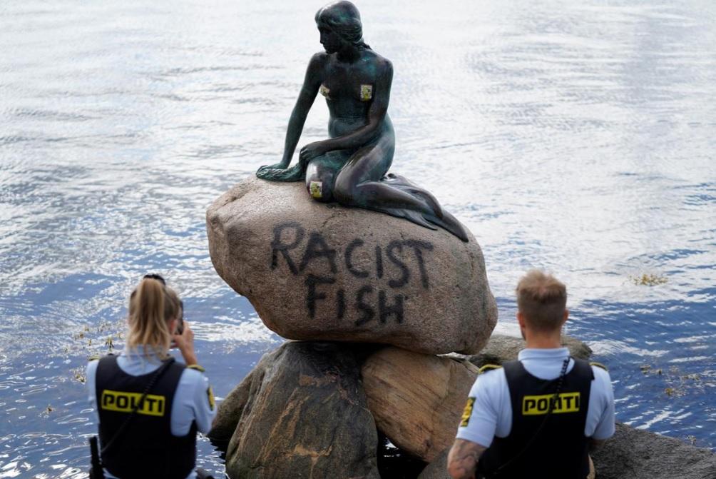 被控「種族歧視魚」 丹麥小美人魚像遭塗鴉