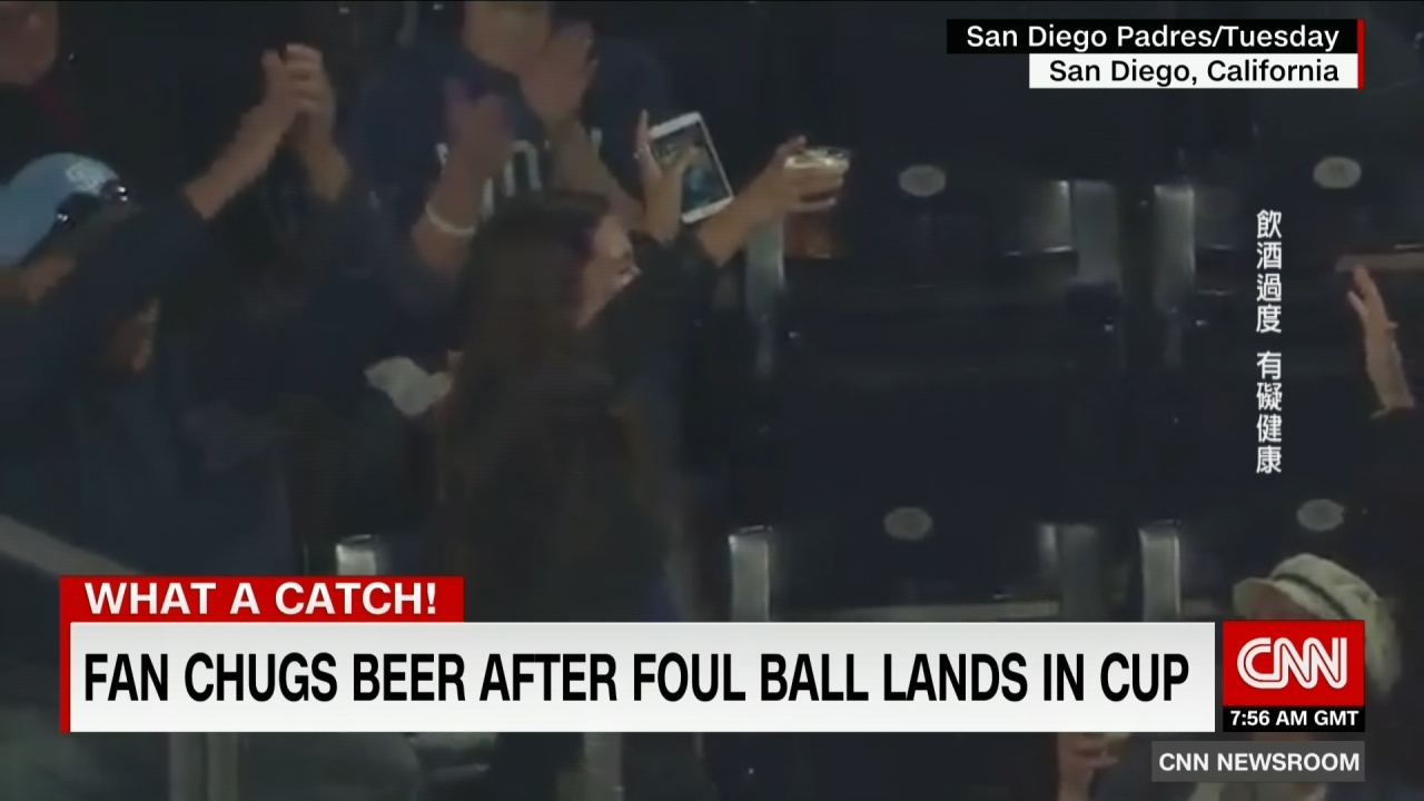 最佳「神捕」!球迷啤酒杯接球當場乾杯