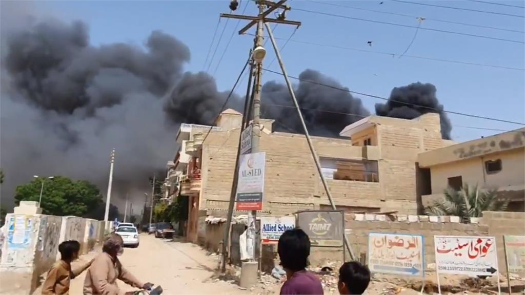 巴基斯坦客機墜毀民宅區 機上107人生死未卜