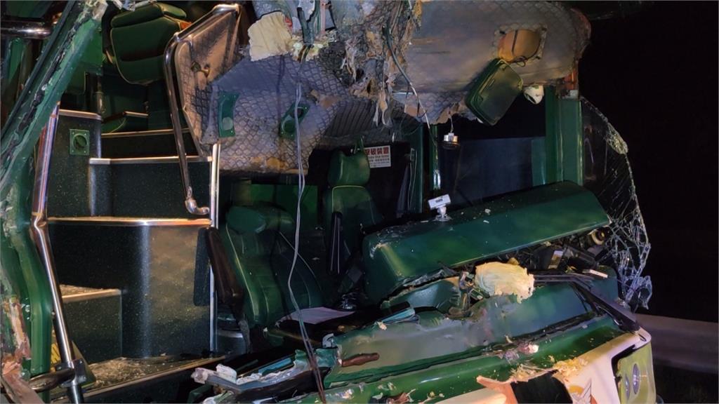 阿羅哈客運國道追撞菜車!2名乘客受輕傷