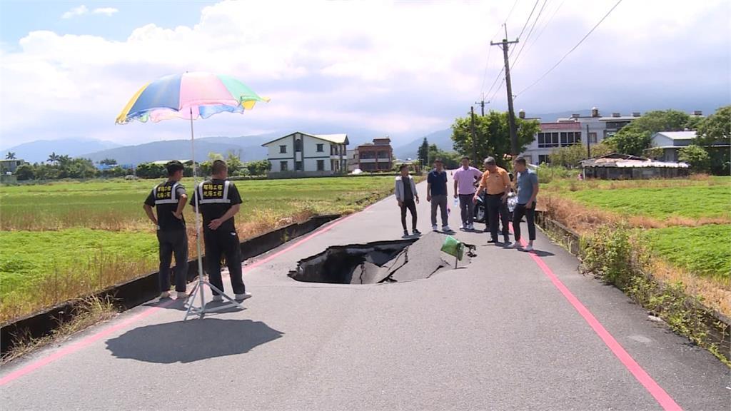 宜蘭馬路驚現大天坑!疑施工塌陷封路一週查原因