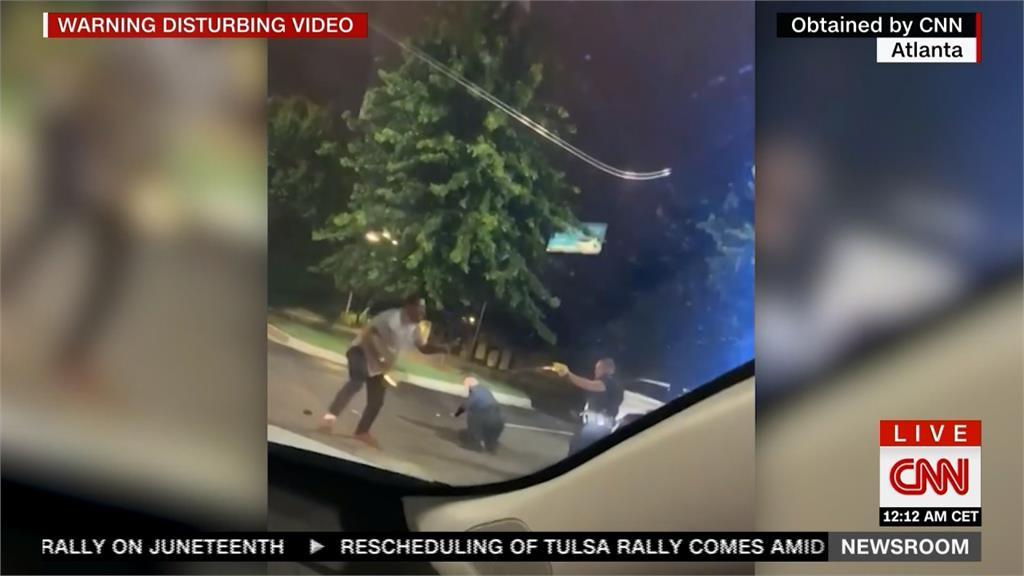 非裔男拒酒測遭警開槍擊斃 亞特蘭大警局長下台