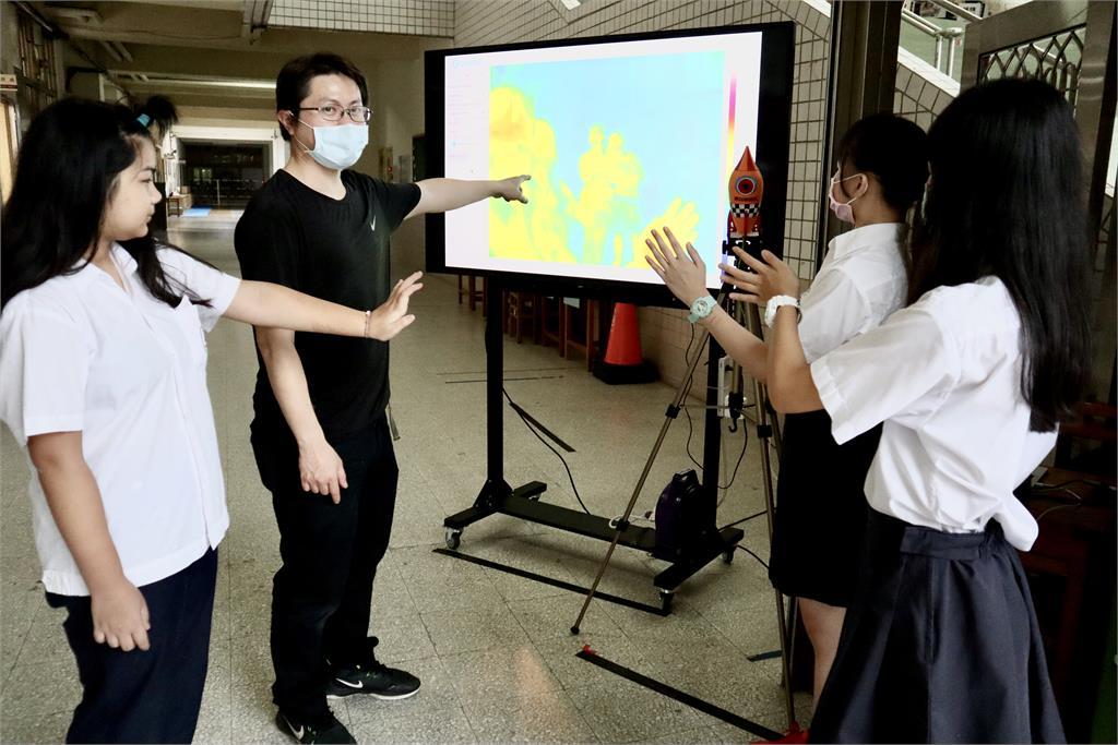 新北加速器讓工程師捨高薪當老師 青山師生力拚校園防疫戰