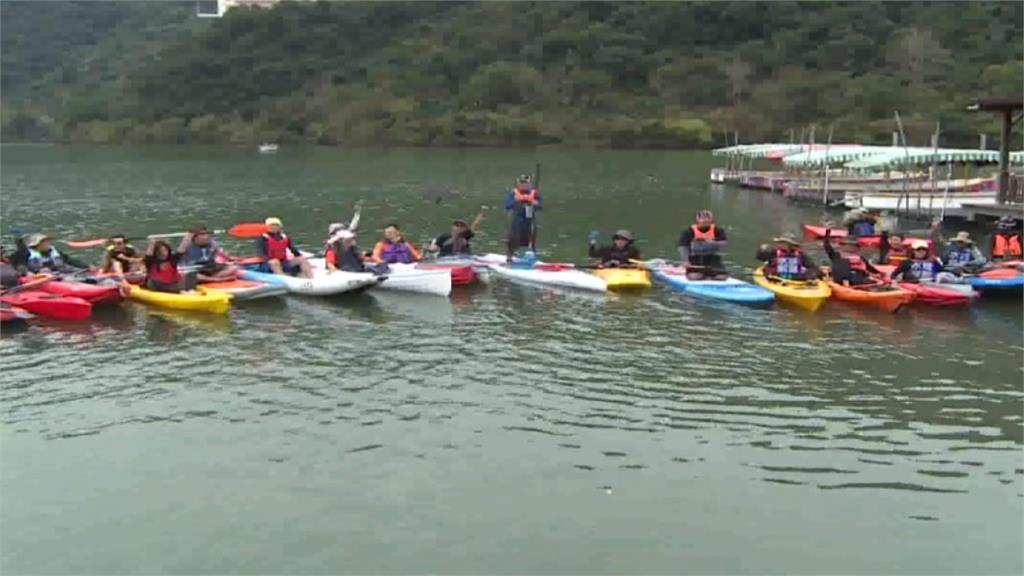 高喊「水域解嚴」 獨木舟團體擅闖梅花湖划船