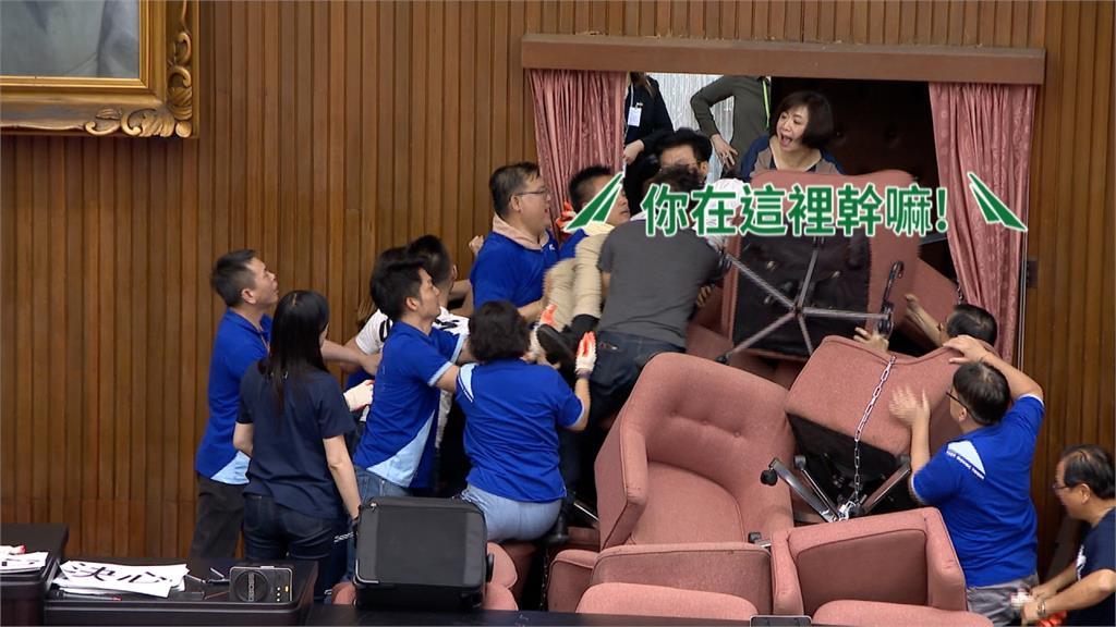 謝衣鳳、鄭正鈐佔議場沒穿藍營戰袍 竟被誤認立委助理