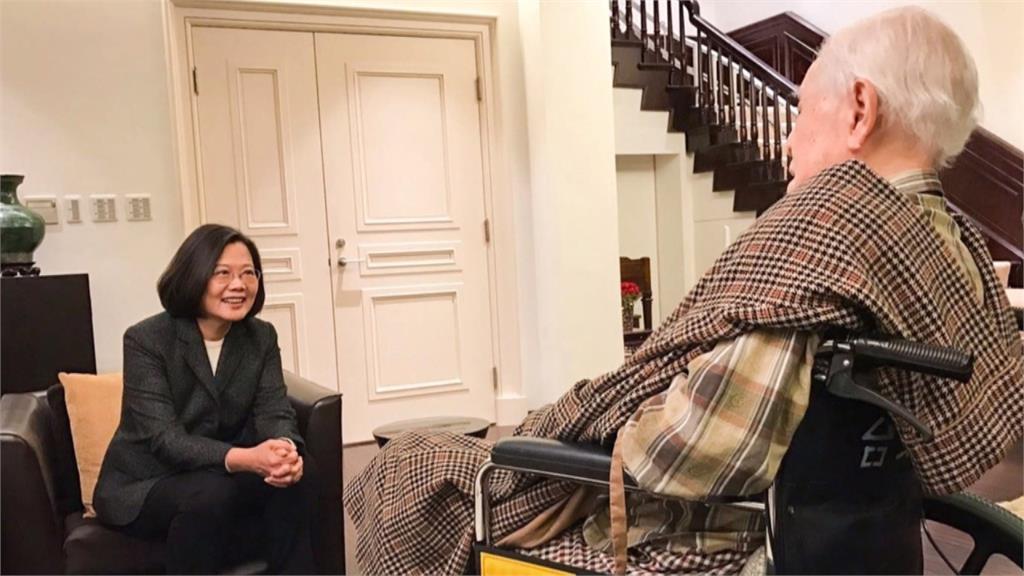 蔡英文偕陳菊拜會李登輝 提早祝賀98歲生日