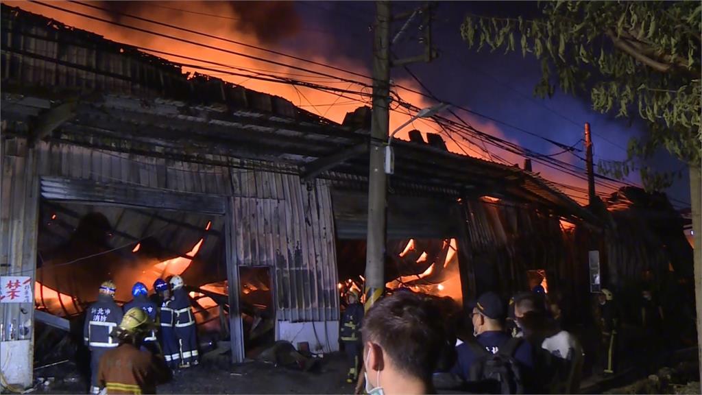 板橋鐵皮工廠大火 出動253名警消灌救