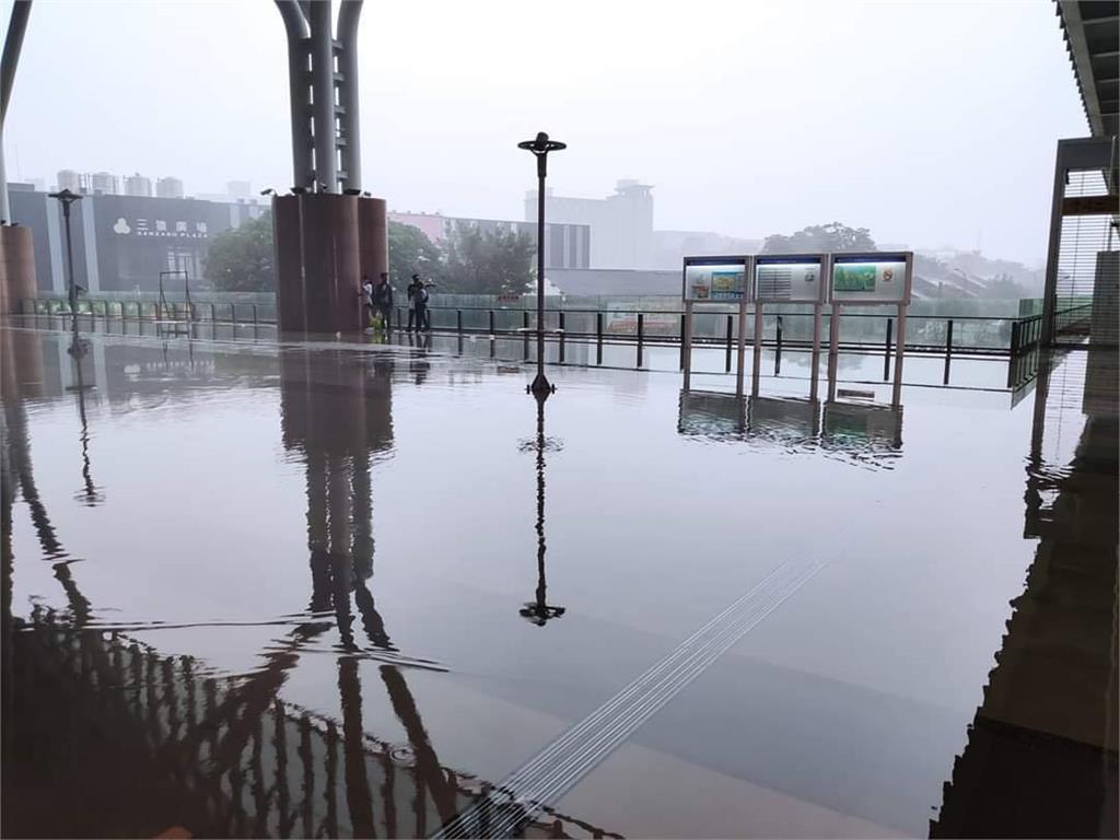 快新聞/午後雷雨強襲!台中車站積水了 網友酸根本是「台中威尼斯」