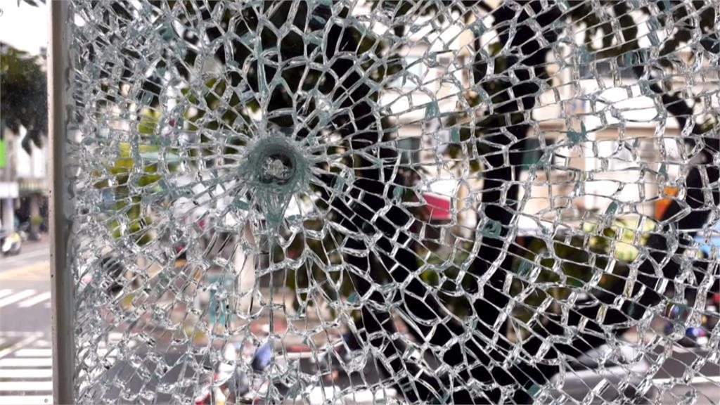 高雄又傳槍擊?精品店玻璃碎成蜘蛛網狀