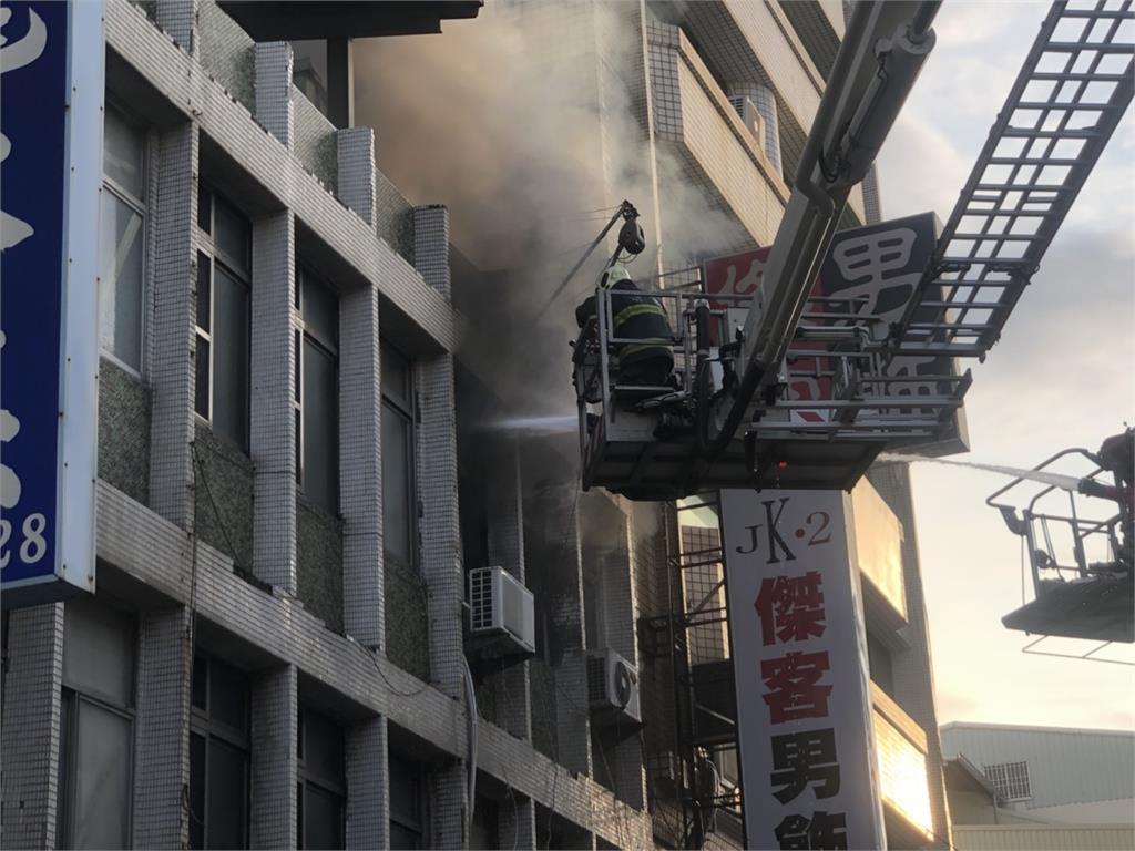 快新聞/高雄市民宅大火 濃煙狂竄1女3童獲救