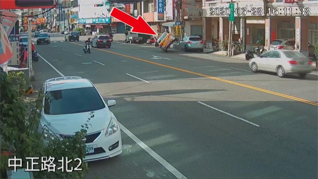 和警車並駕齊驅...小黃瞬間衝撞路邊汽機車