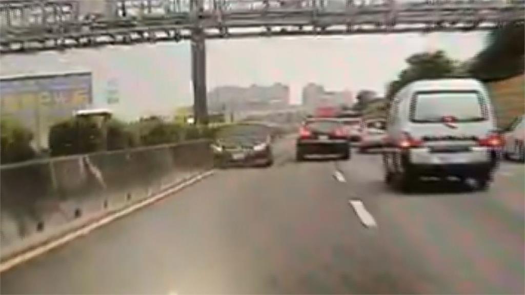 國道驚見賓士「逆向狂駛4公里」 駕駛遭攔截稱:吃太飽想睡覺