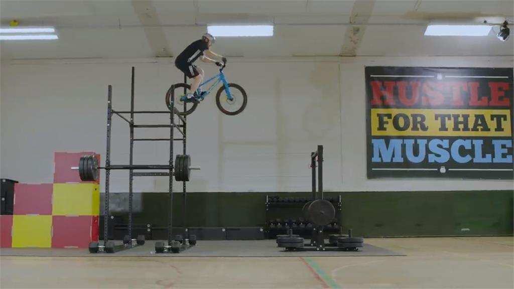 蘇格蘭攀岩車手上健身房 運用器材大秀特技