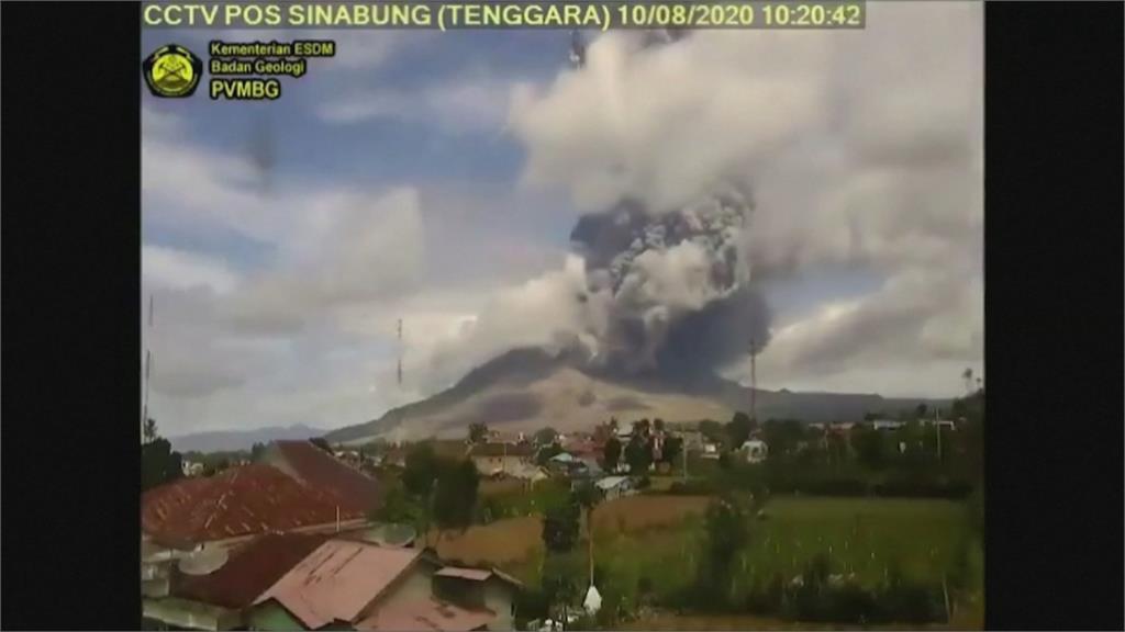 印尼錫納朋火山又爆發!火山灰直衝天際如「末日降臨」