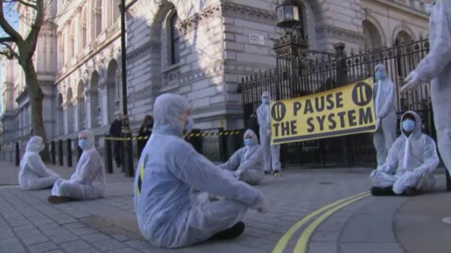 英國「佛系防疫」升級 關劇院、避免不必要接觸