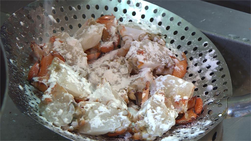 入秋來吃蟹!軟殼蟹高溫油炸整隻都能吃下肚