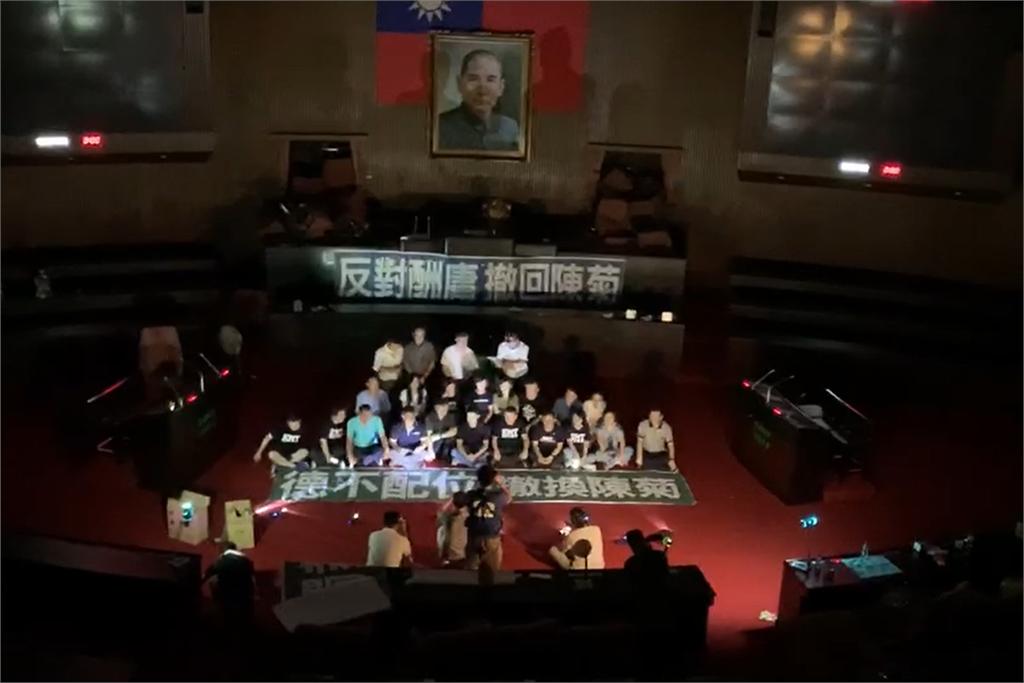快新聞/國民黨占議場林為洲要求開冷氣 立院秘書長:沒有正式開會當然沒有空調