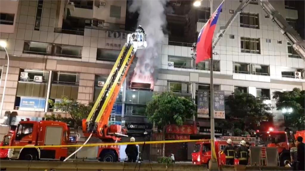 北市住商混合大樓火警燒整夜!9名警消受傷送醫