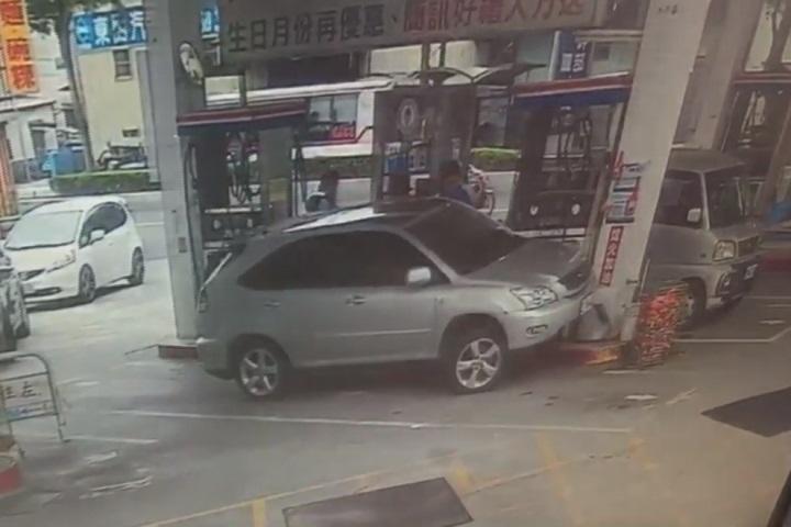 熄火加油方向盤沒轉正 啟動後撞加油機
