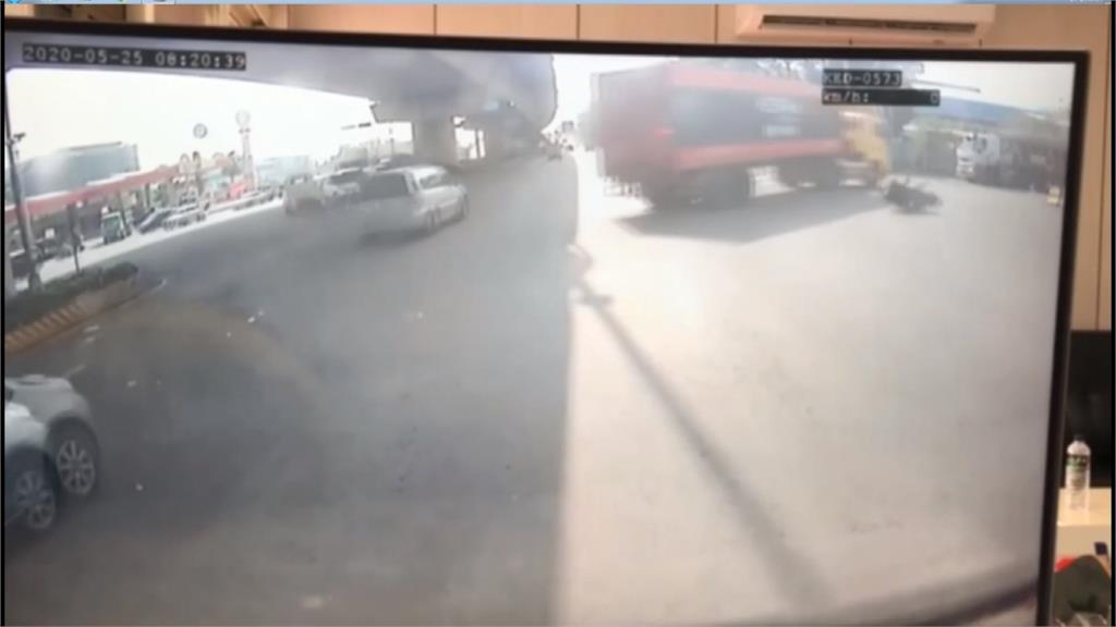 曳引車違規右轉 機車滑進車底騎士爆頭慘死
