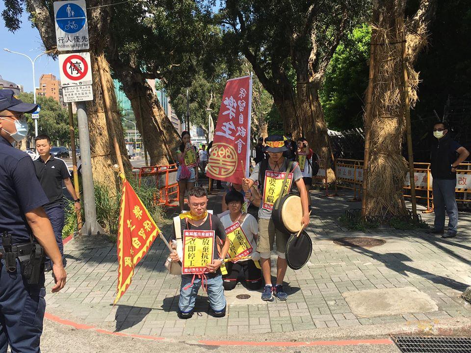 快新聞/民團頂酷熱「六步一跪」前進衛福部 籲放棄抗告完整重建樂生