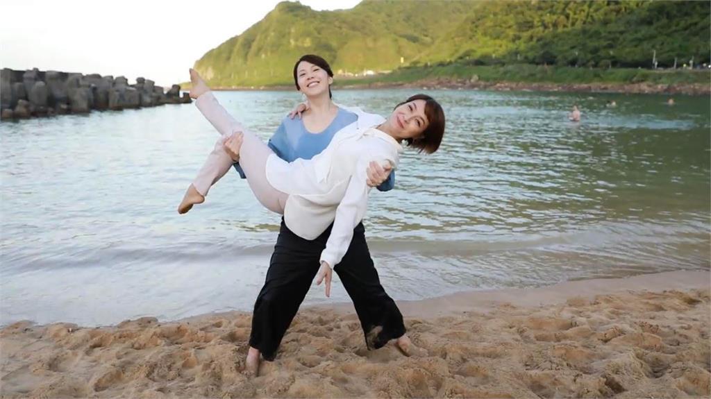 《多情城市》廖苡喬海邊拍重頭戲 玩性大發公主抱李珞晴入海