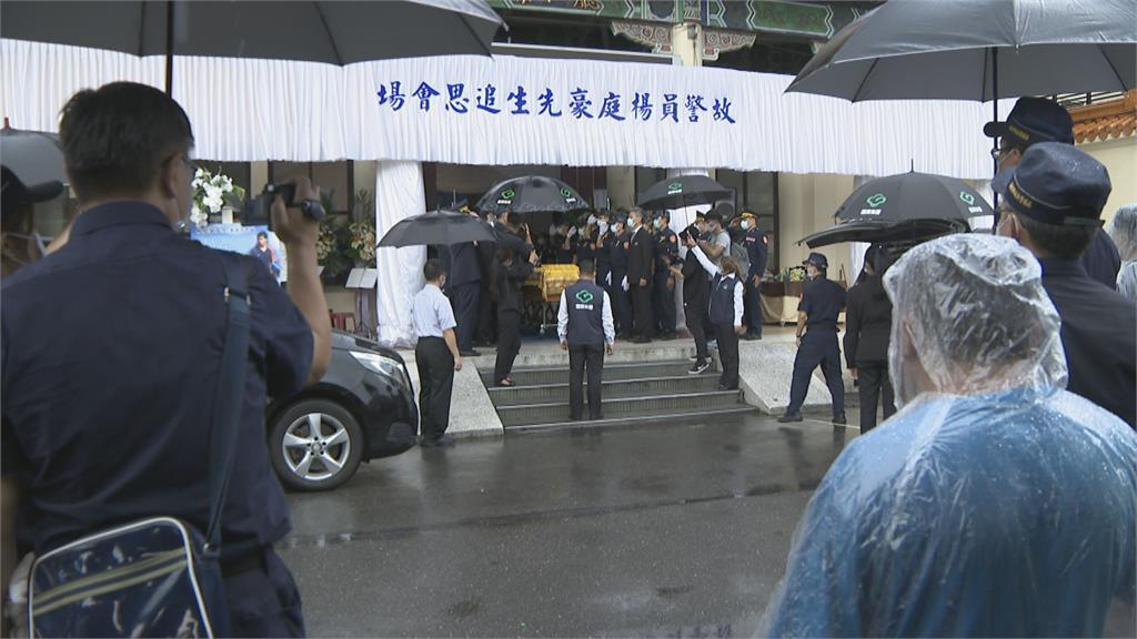 新北殉職警楊庭豪告別式 安奉警察公墓 父母、百警含淚送別