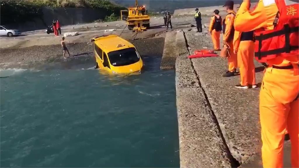 箱型車忘拉手煞車落海 海巡拖吊救上岸