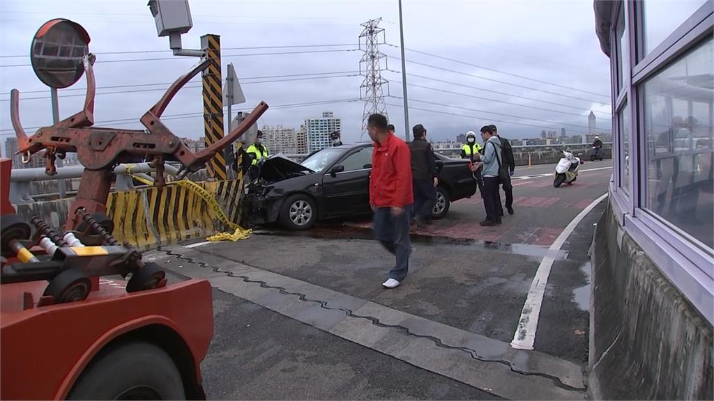 轎車自撞分隔島車頭全毀  88歲駕駛喪命