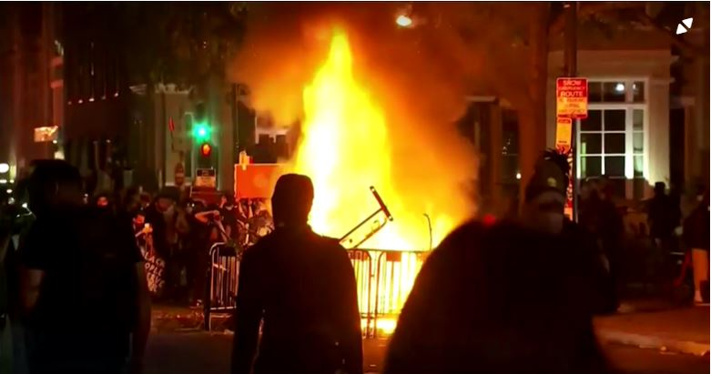 白宮前示威混亂升級 川普一度躲碉堡避難